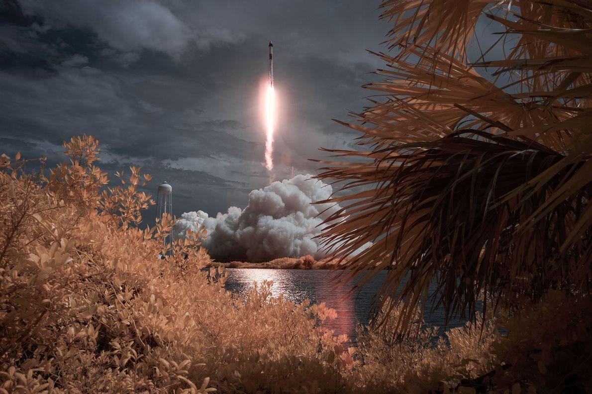 Une photographie infrarouge fausses couleurs montre le lancement de la mission Demo-2 de la NASA vers ...