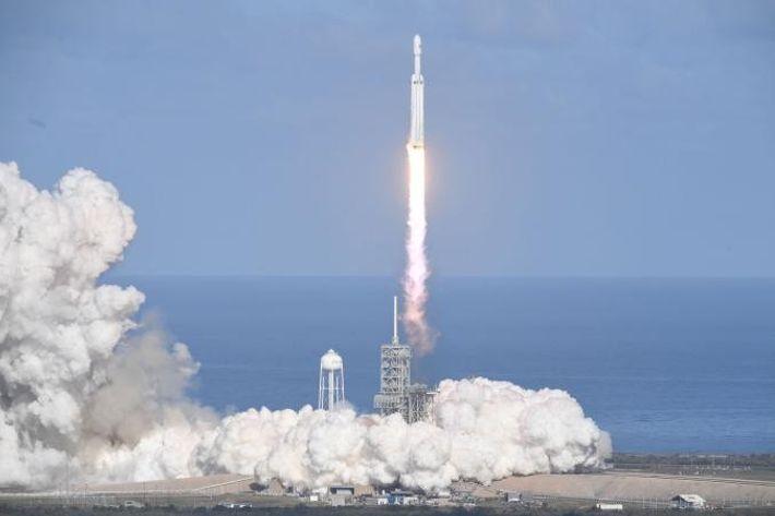 La fusée SpaceX Falcon Heavy décolle du lanceur 39A au Centre spatial Kennedy, en Floride, le ...