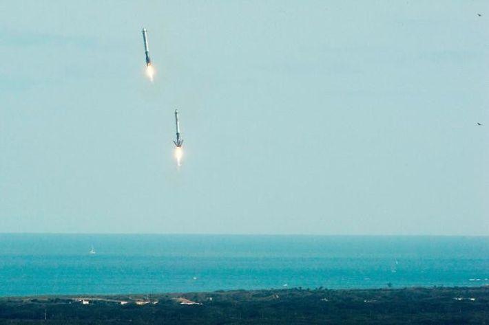 Deux boosters du Falcon Heavy reviennent au Centre spatial Kennedy quelques minutes après le lancement de ...