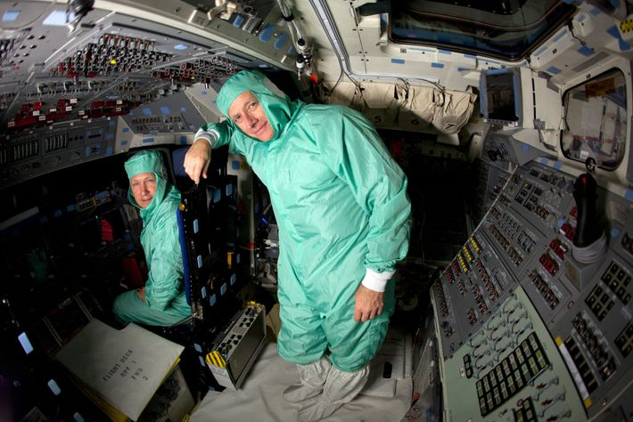 Les astronautes de la NASA Chris Ferguson (à droite) et Doug Hurley posent pour une photo ...