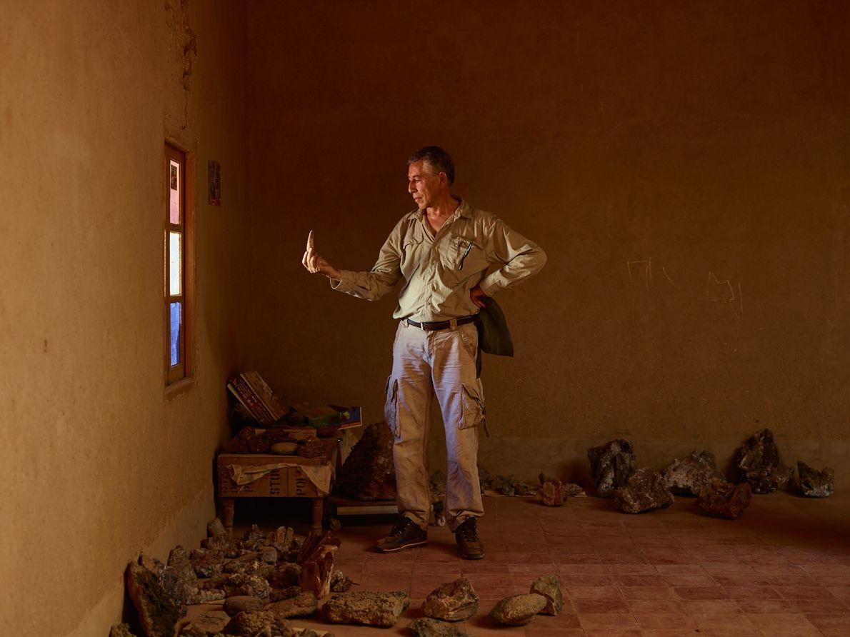Samir Zouhri examine une grande dent de Spinosaurus chez un villageois à Taouz, au Maroc. Les ...
