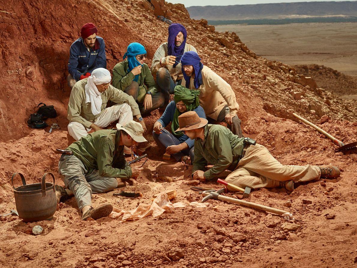 L'équipe de recherche centrale se rassemble autour d'un nouvel os de Spinosaurus. Dans le sens des ...