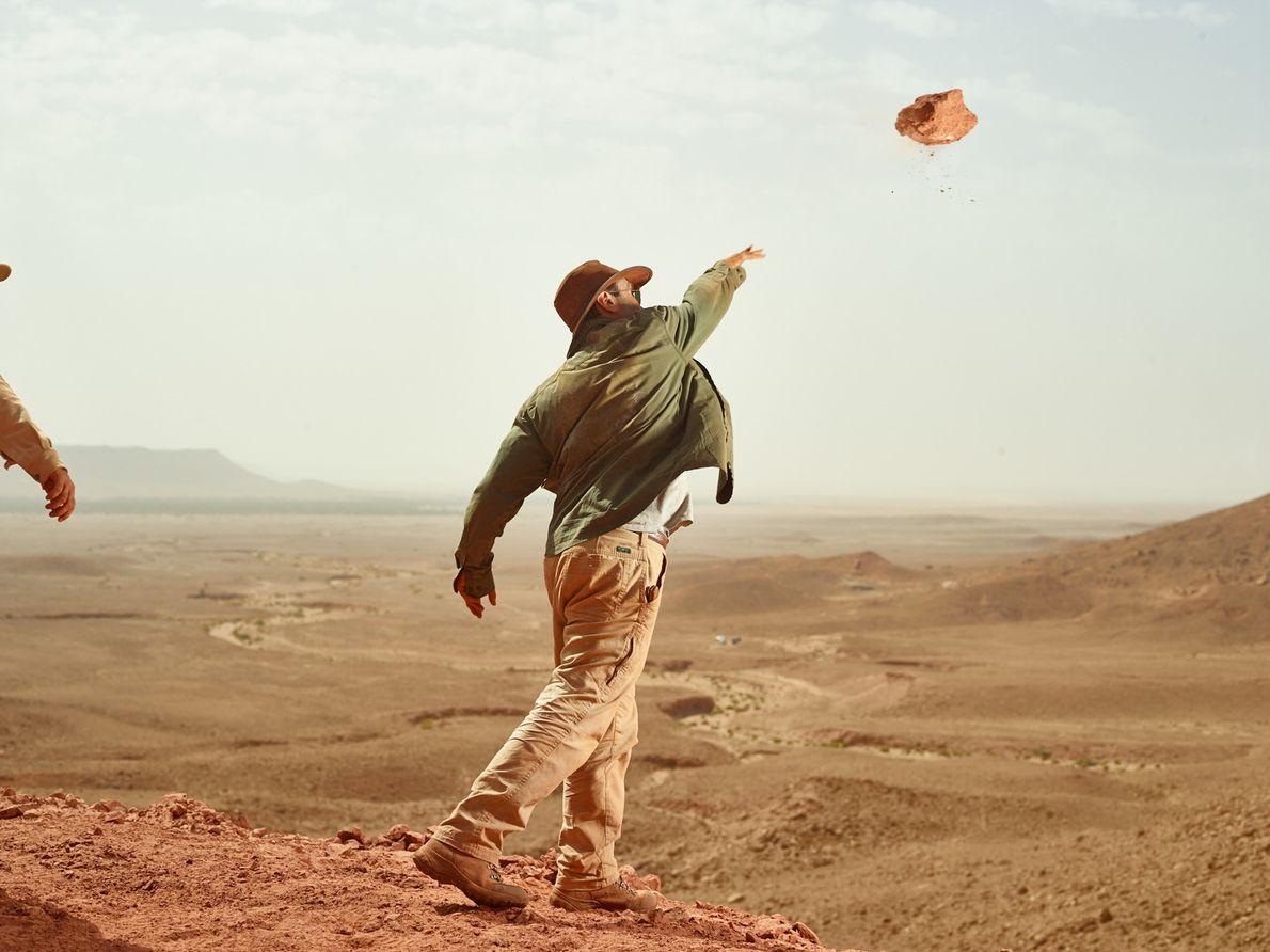 Pour débarrasser le site des débris non utiles, Ibrahim lance un morceau de grès rouge sur ...