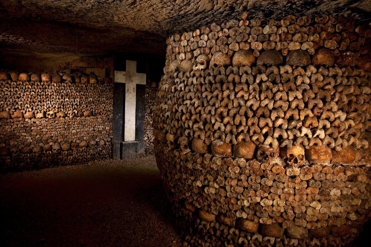 Catacombes de Paris, France - Creusés pour soulager les cimetières surchargés de la capitale française, les tunnels ...