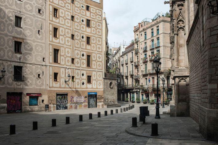 Des rues habituellement très animées comme celles qui entourent la basilique Santa Maria del Mar, bâtie ...