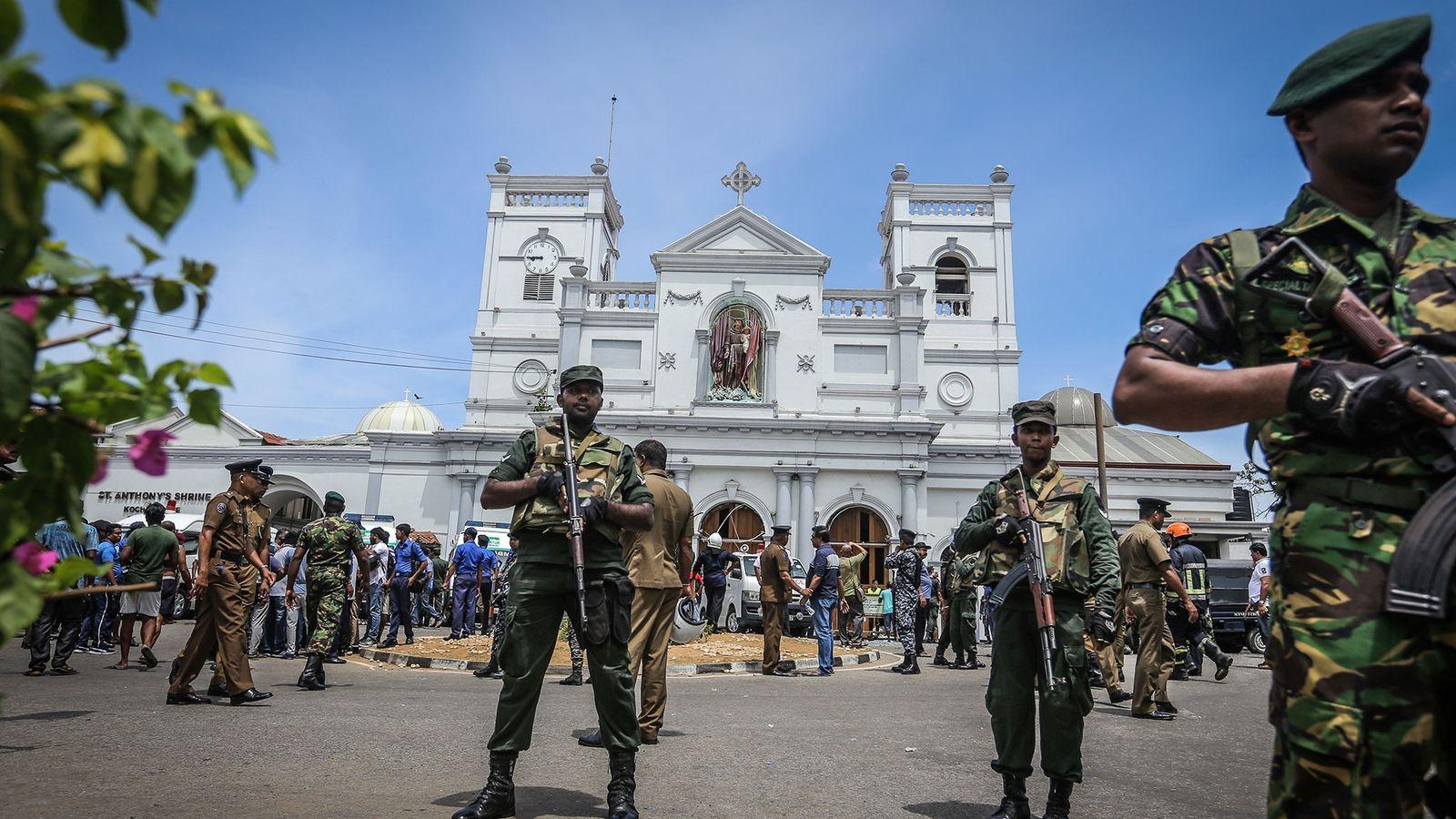 Des officiers sri-lankais montent la garde devant l'église St Anthony où une explosion a eu lieu ...