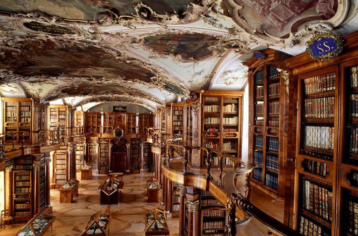 L'Abbaye de Saint-Gall au style baroque, édifiée en Suisse il y a 1 200 ans, abrite ...
