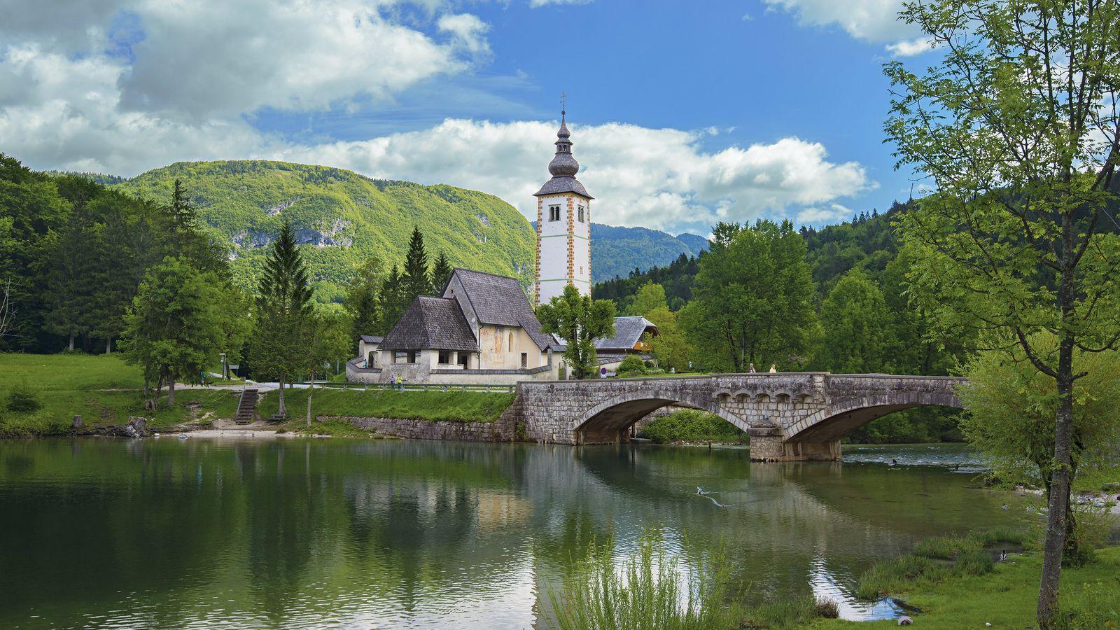 En Slovénie, l'église de Saint Jean le Baptiste surplombe le lac de Bohinj.