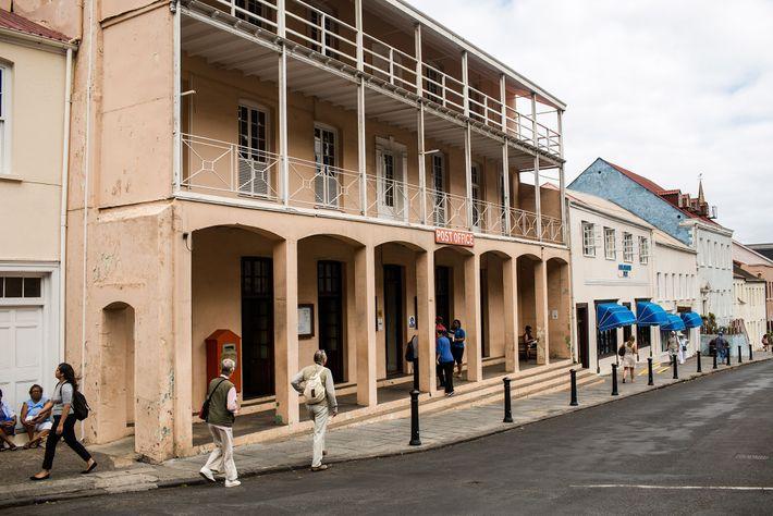 Le contraste est frappant entre les immeubles aux couleurs claires de Jamestown et le ciel de ...