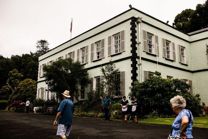 Les visiteurs flânent le long de Plantation House à Sainte-Hélène. Résidence officielle du gouverneur de l'île, ...