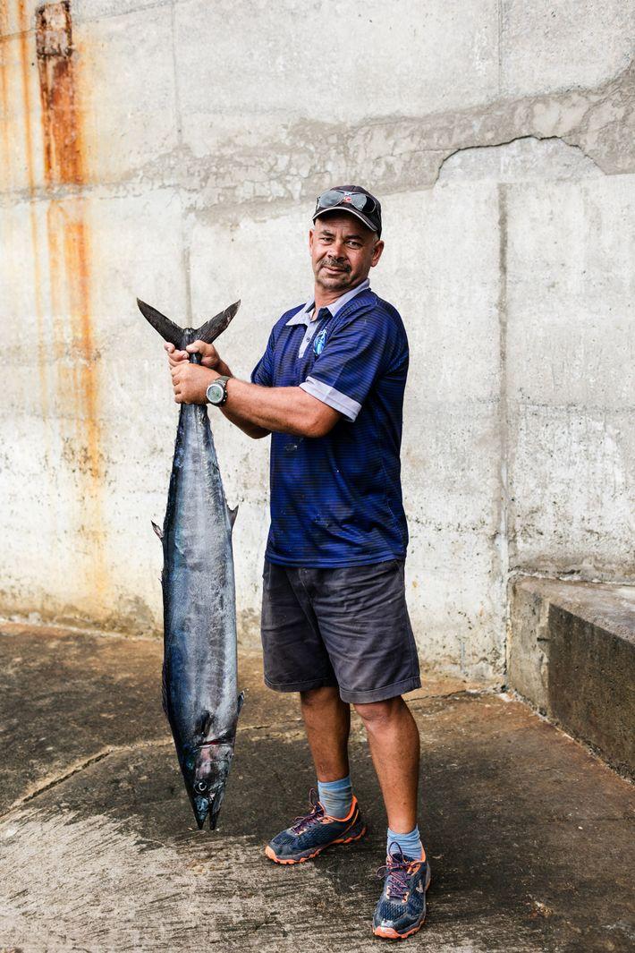 Le pêcheur Keith Yon exhibe le thon qu'il a attrapé lors d'une sortie en bateau au ...