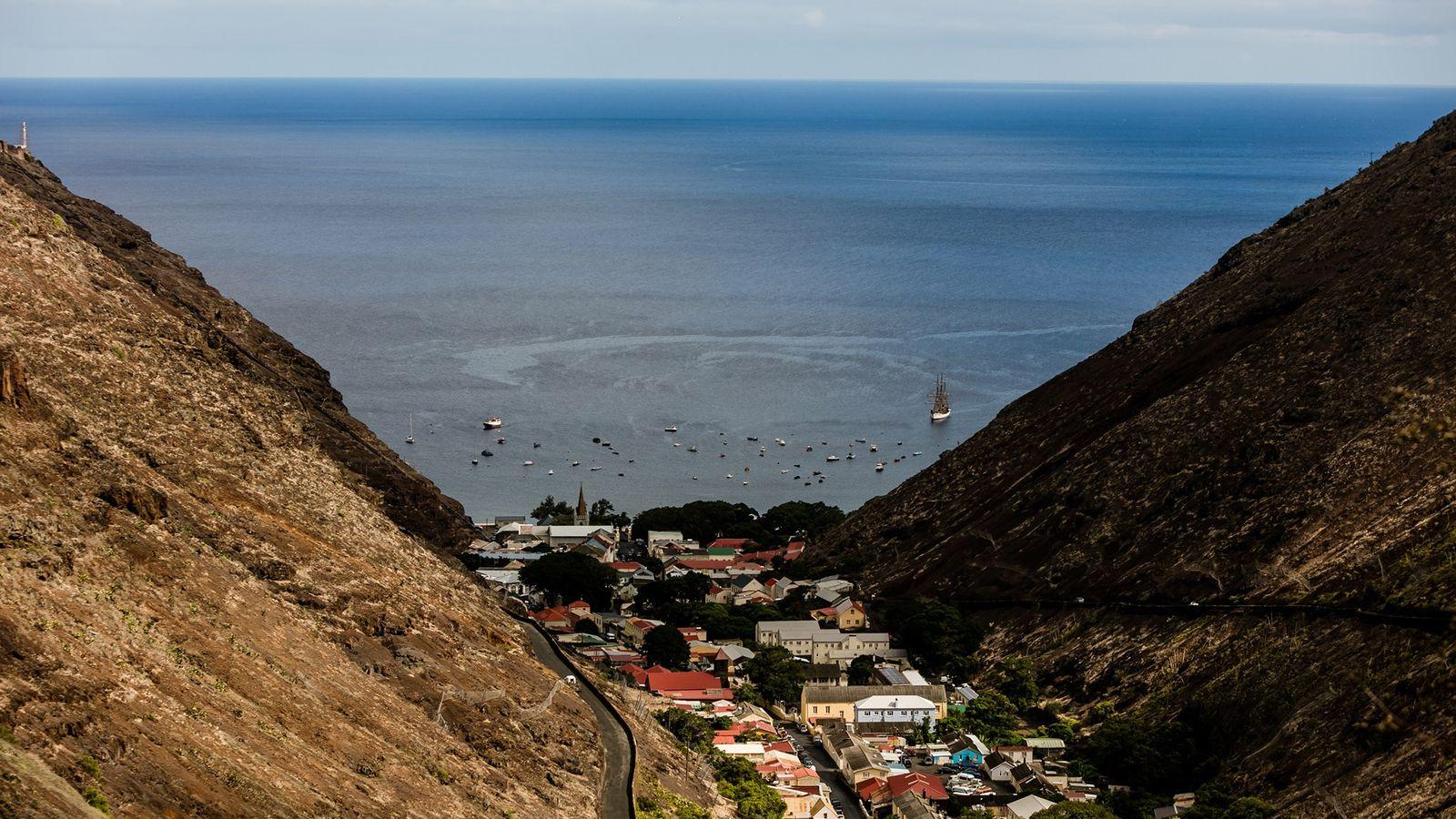 Nichée entre les monts volcaniques, Jamestown est la capitale de Sainte Hélène, une île isolée en ...
