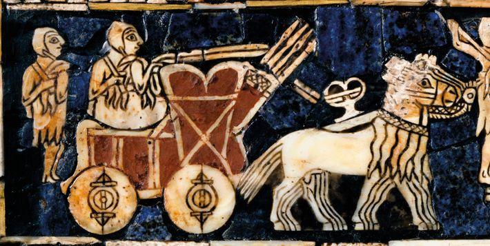 Détail du cercueil Standard d'Ur représentant un conducteur de char sumérien doté des roues en bois massif. Cette ...