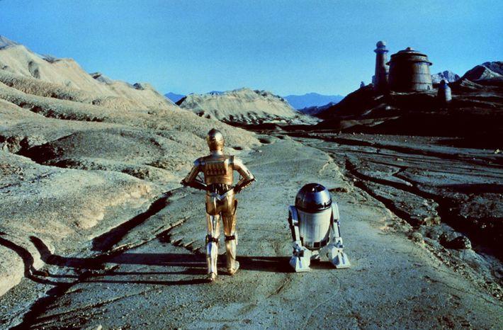 Les robots emblématiques de Star Wars, C-3PO et R2-D2, s'approchent du palais de Jabba le Hutt ...