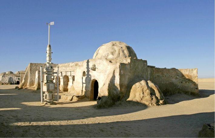 Ce décor a été construit dans le Sahara tunisien à proximité de Nefta pour le tout ...