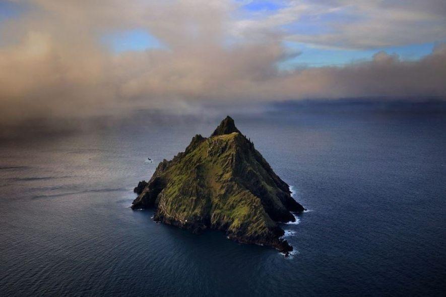 Vue aérienne de Skellig Michael, la plus grande de deux îles de grès et d'ardoise trônant ...