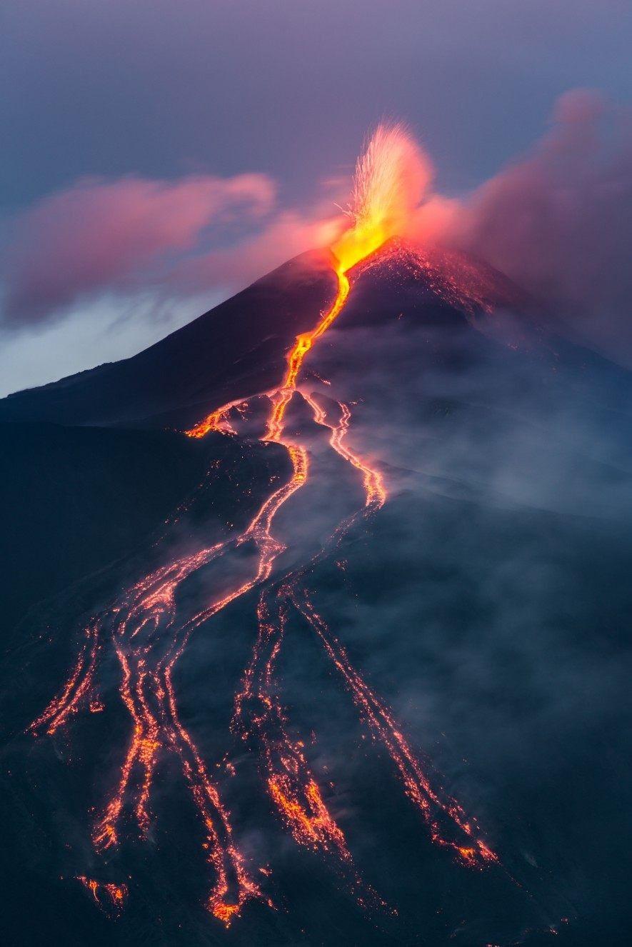 Éruption de l'Etna. Lorsque ce volcan sicilien est entré en éruption en 2002, une équipe de ...