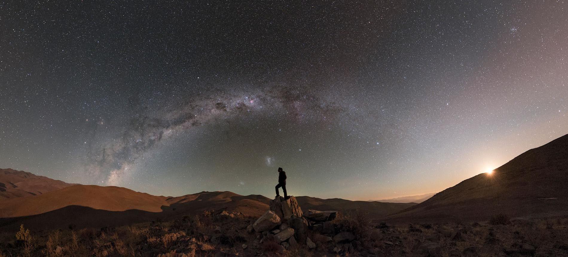 Alors que la lune se couche dans le désert, les étoiles et la voie lactée sont ...