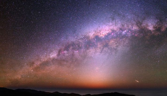 Dans un ciel nocturne coloré éclairé par la Voie Lactée, une fusée éclairante peut être vue ...