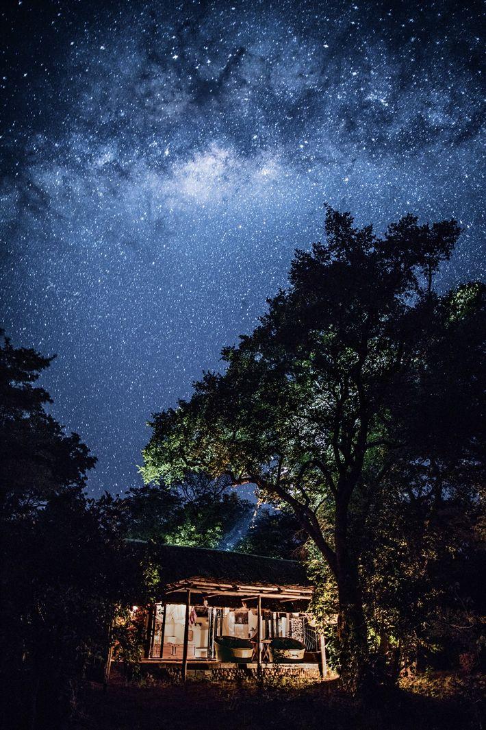 La nuit, dans le ciel du camp Kapamba un portail vers les astres s'entrouvre alors que ...