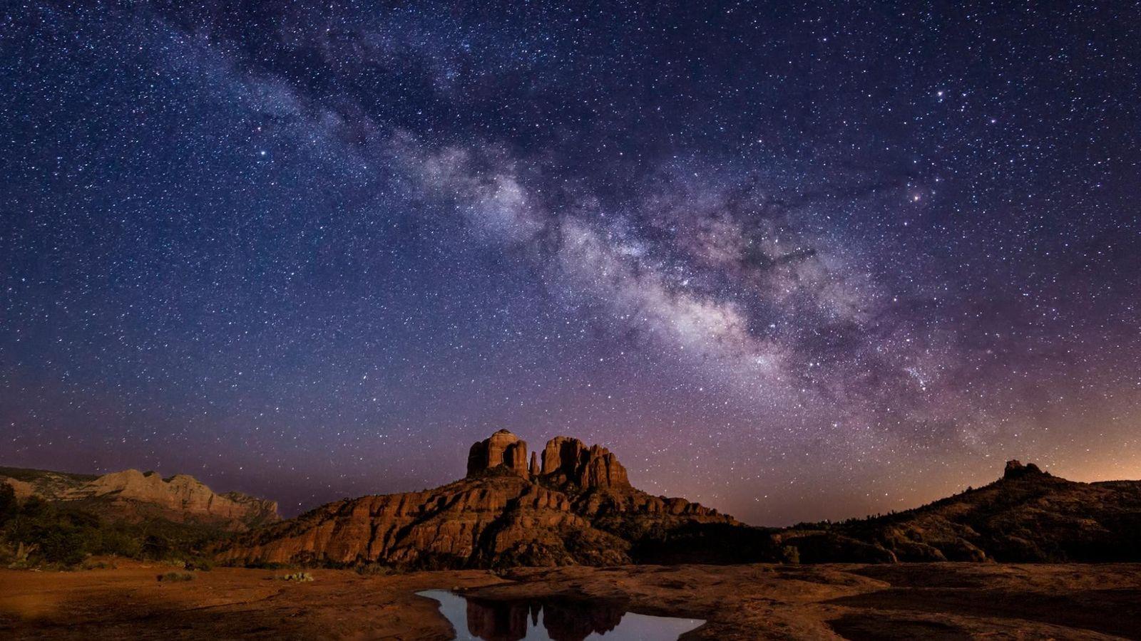 La Voie lactée transperce le ciel de Cathedral Rock à Sedona, en Arizona.