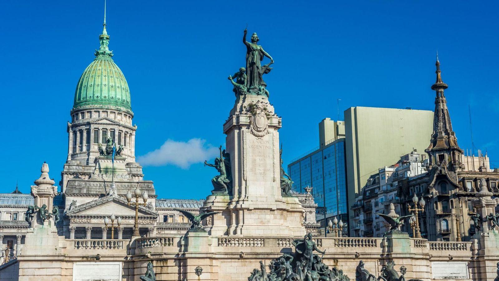 La Plaza Congressional est un parc public populaire qui fait face au Congrès argentin à Buenos ...