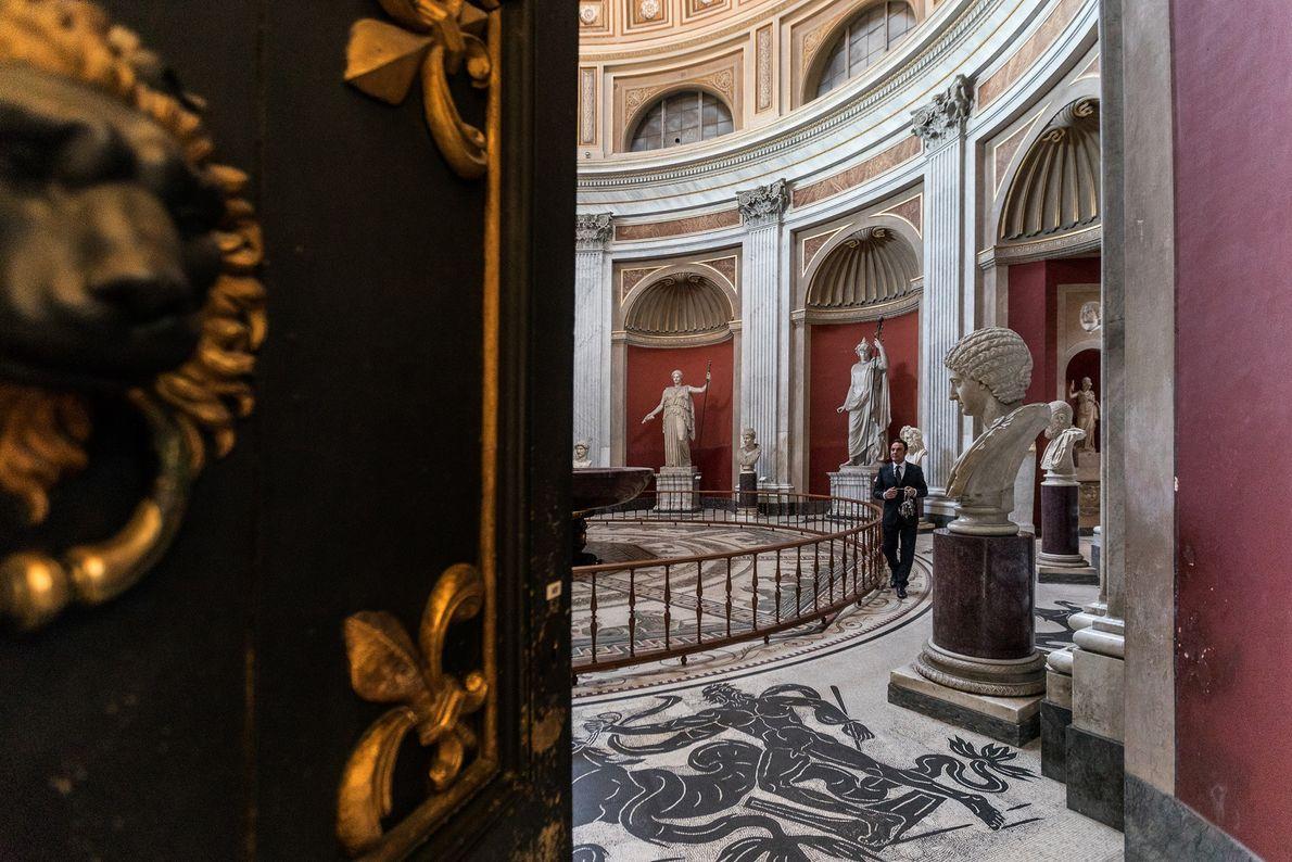 Achevée en 1779, la Salle Ronde s'inspire de la forme du Panthéon. Des statues colossales et ...