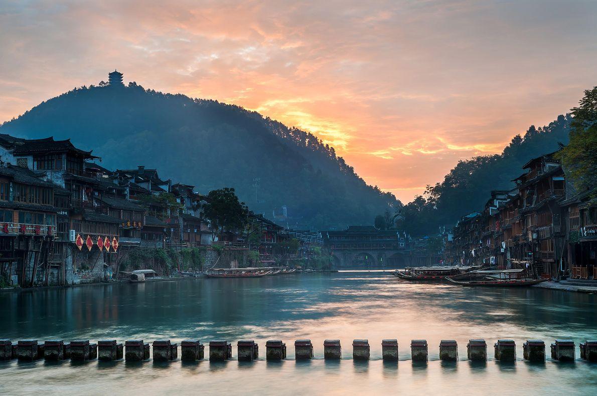 Dans la vieille ville de Fenghuang en Chine, un pont dingbu traditionnel, fait de pierres coupées ...