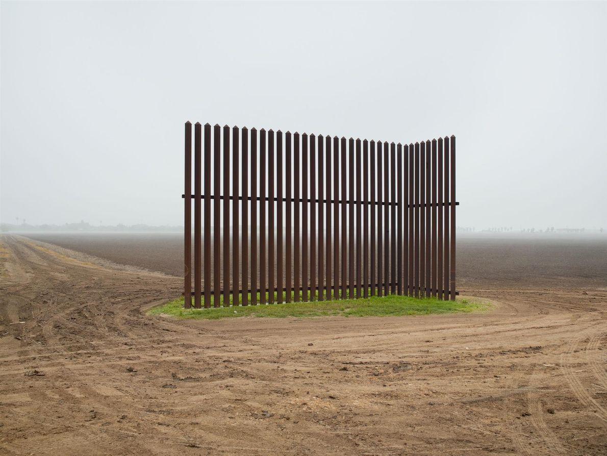 Deux ans après que je l'ai photographiée, cette clôture, au Texas, n'avait pas progressé. Elle m'évoque ...