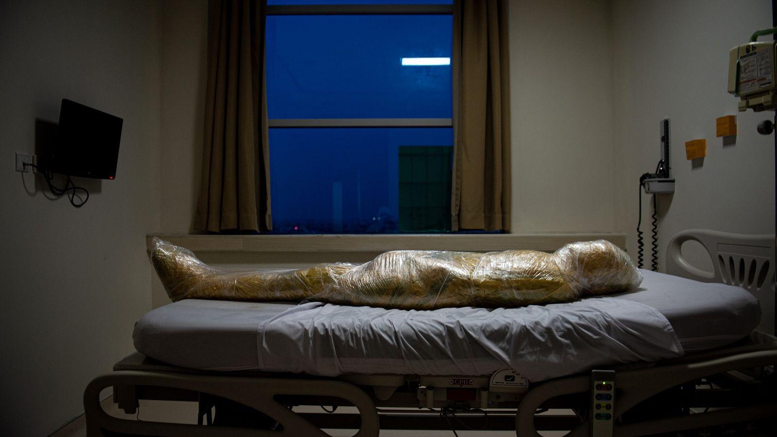 Le corps d'une victime présumée de la COVID-19 repose dans un hôpital indonésien. Après le décès du patient, les ...