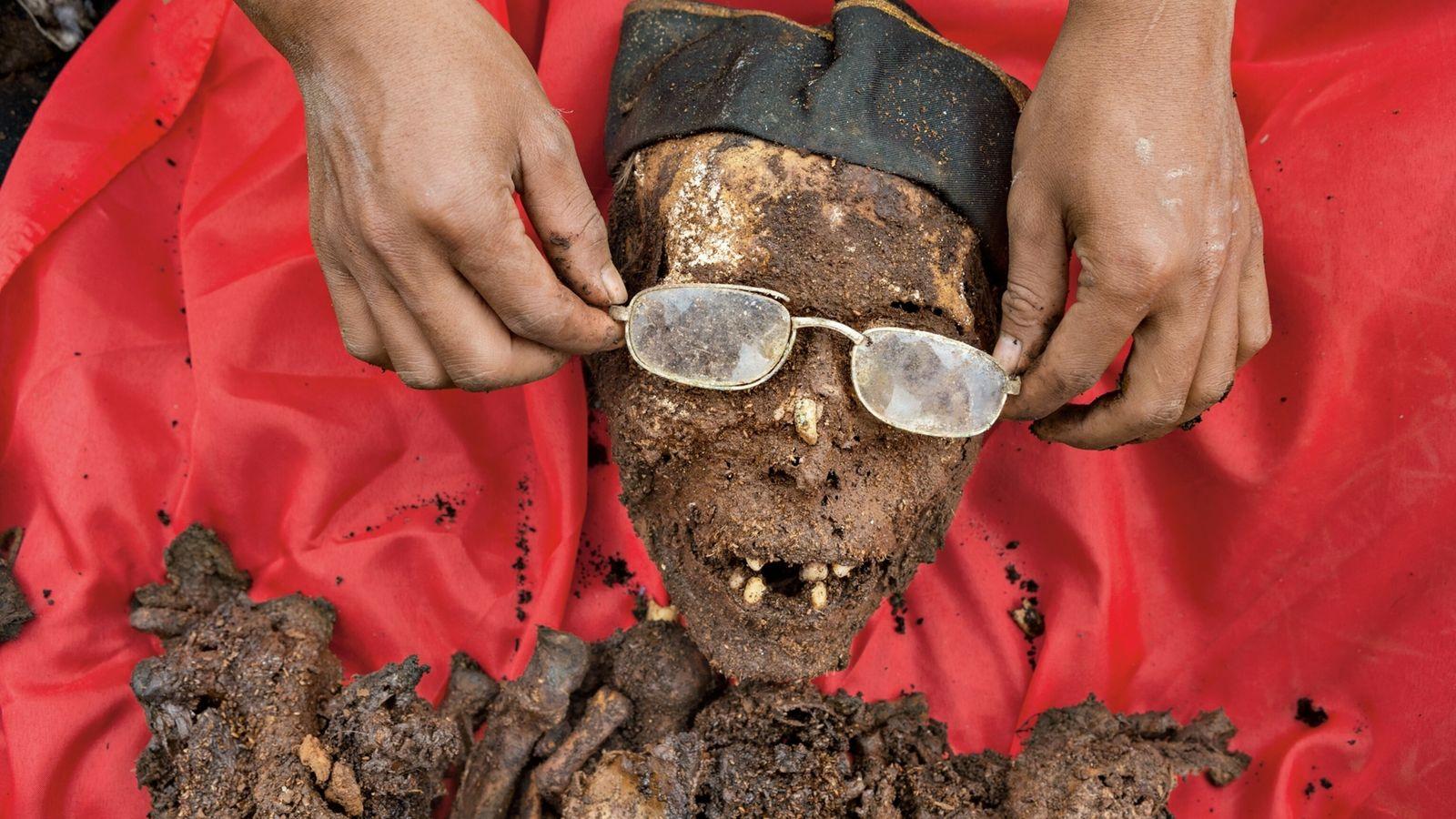 Un membre de la famille ajuste les lunettes de Tappang Rara, décédé en 2006, à 65 ...