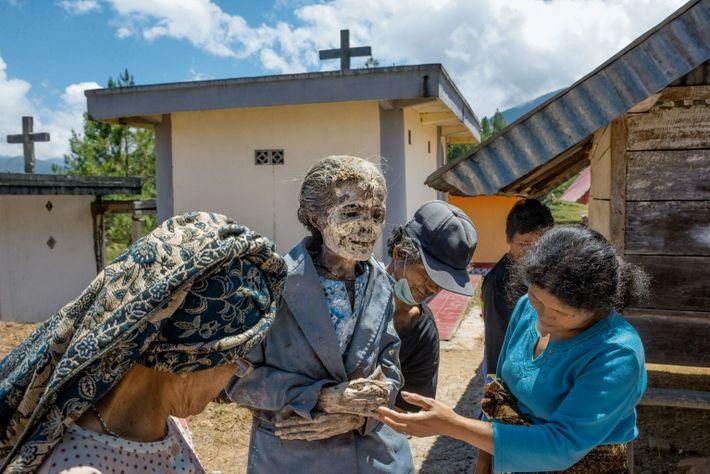 Debora Maupa est décédée en 2009, à 73 ans. Ses proches vérifient son corps. Un mort ...