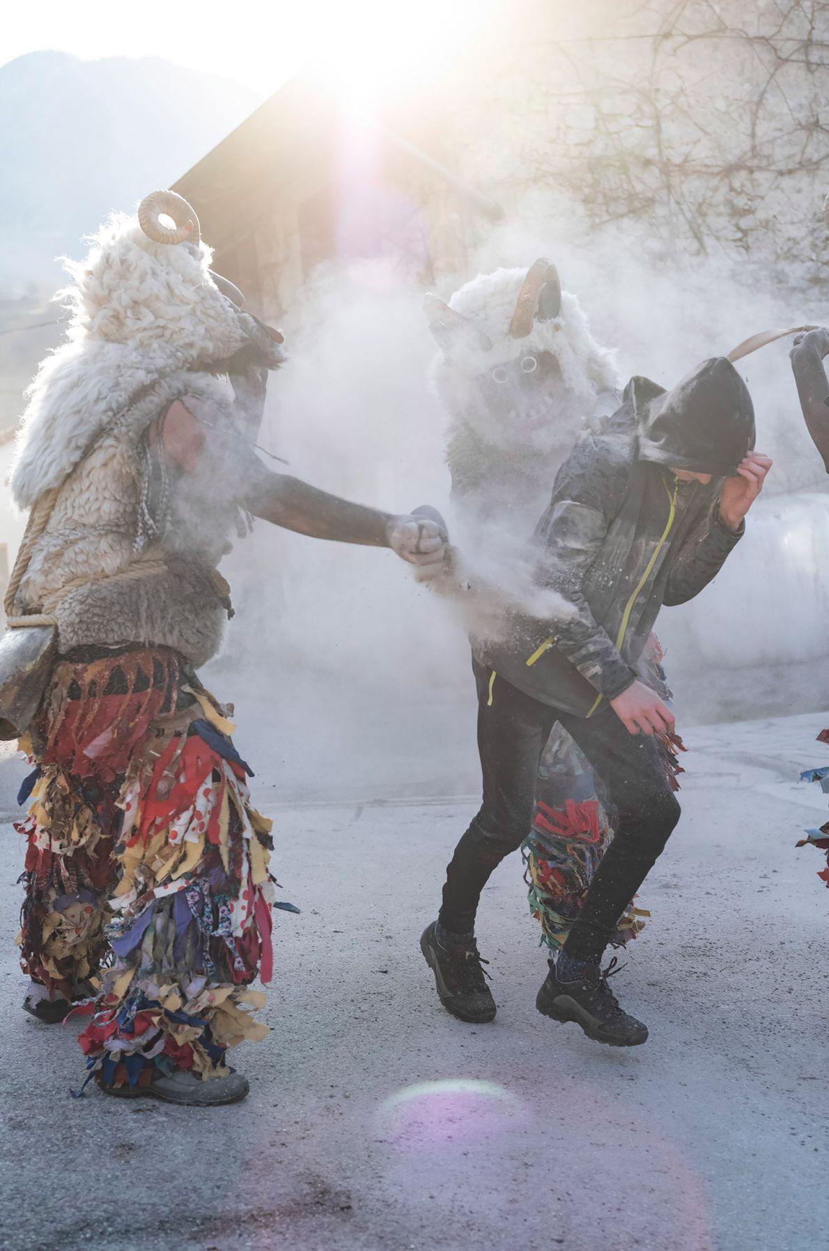 Pendant Ravenski Pust (célébré dans les villages de Drežniške Ravne, Magozd et Jezerca), les hommes non ...