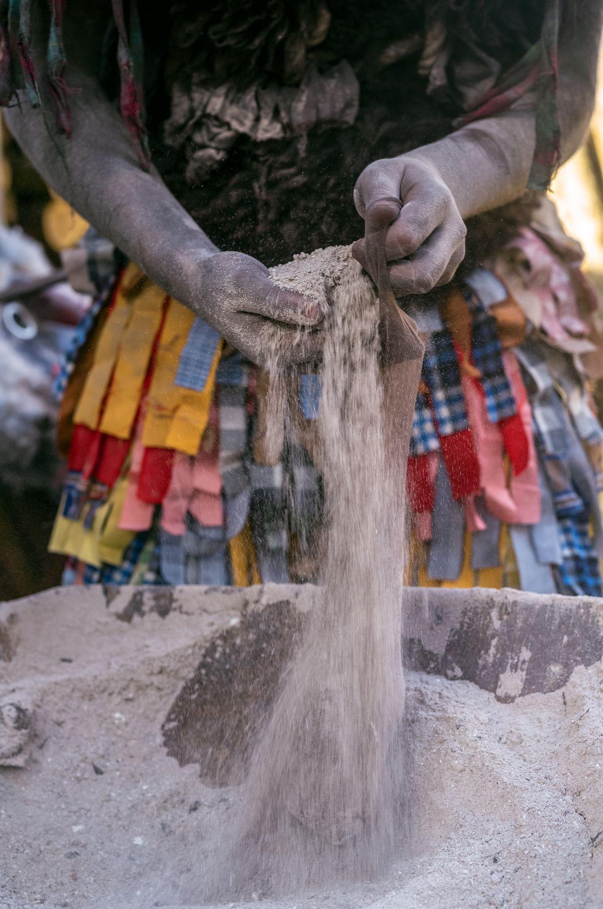 Ces chaussettes remplies de cendre sont utilisées pour « battre » (gentiment) les plus jeunes  ...