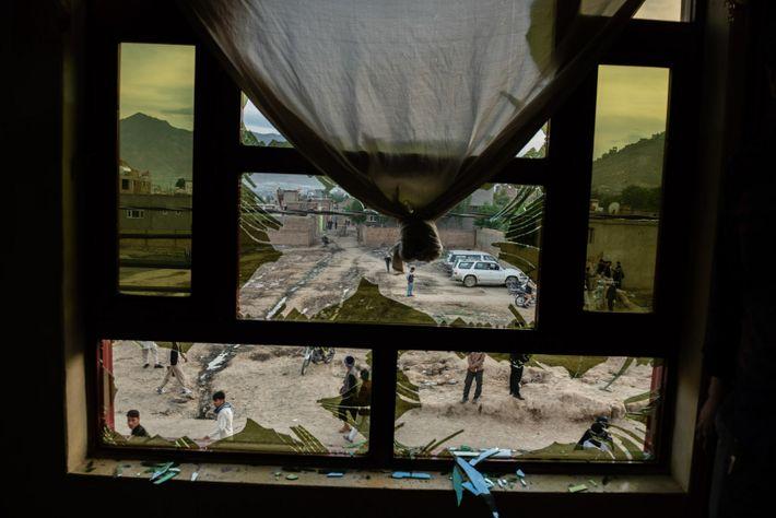 Le 8 mai 2020, trois bombes ont explosé devant une école du quartier de Dasht-e Barchi, ...