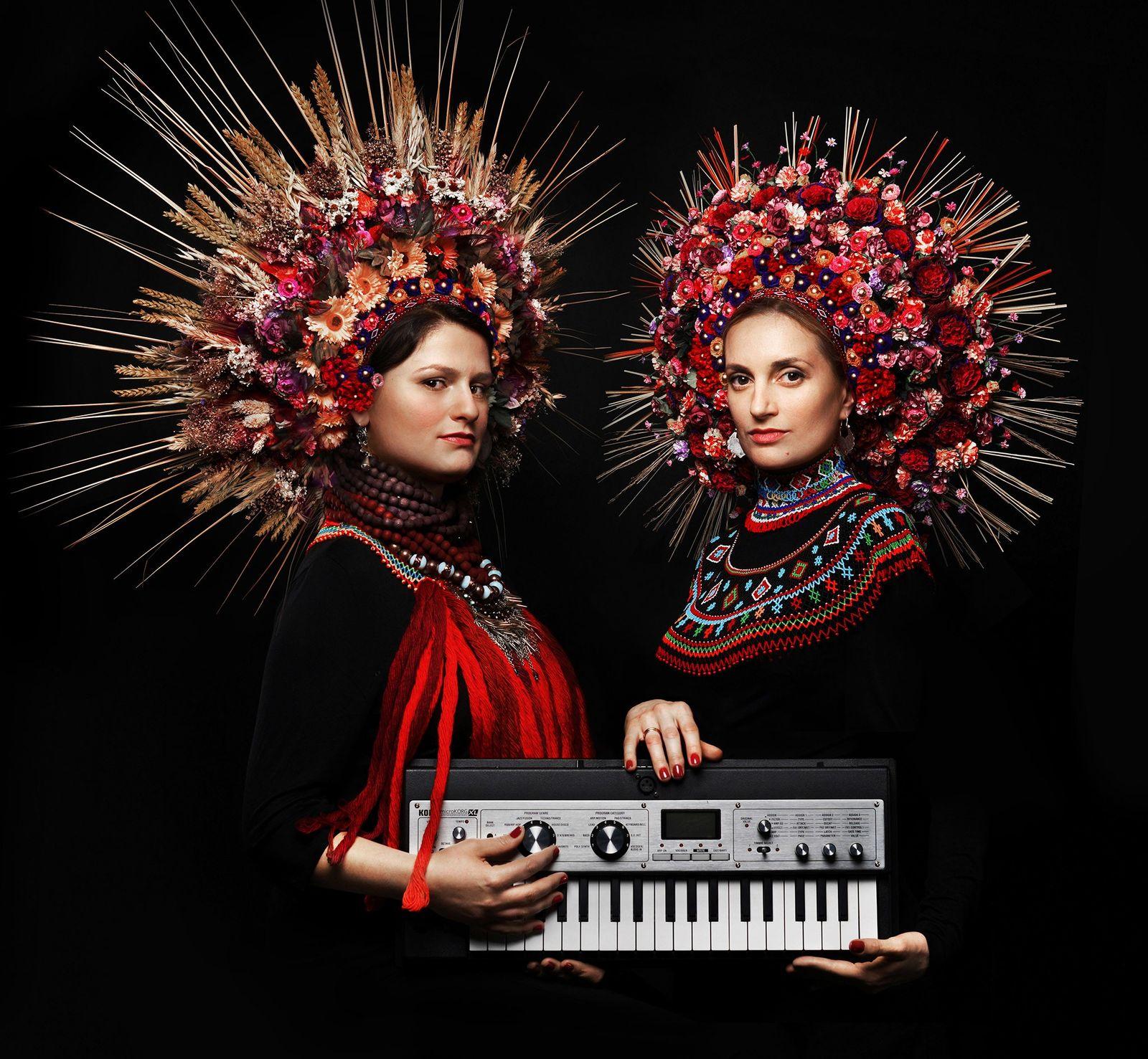 Daga Gregorowicz et Dana Vynnytska, membres du groupe polono-ukrainien DAGADANA, portent des couronnes de fleurs conçues par ...
