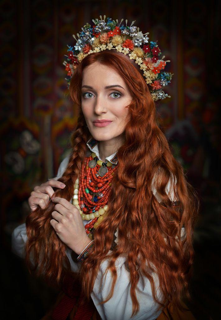 Lesya Kozenko porte des vêtements et des bijoux traditionnels de l'est de la Podolie, dans la ...