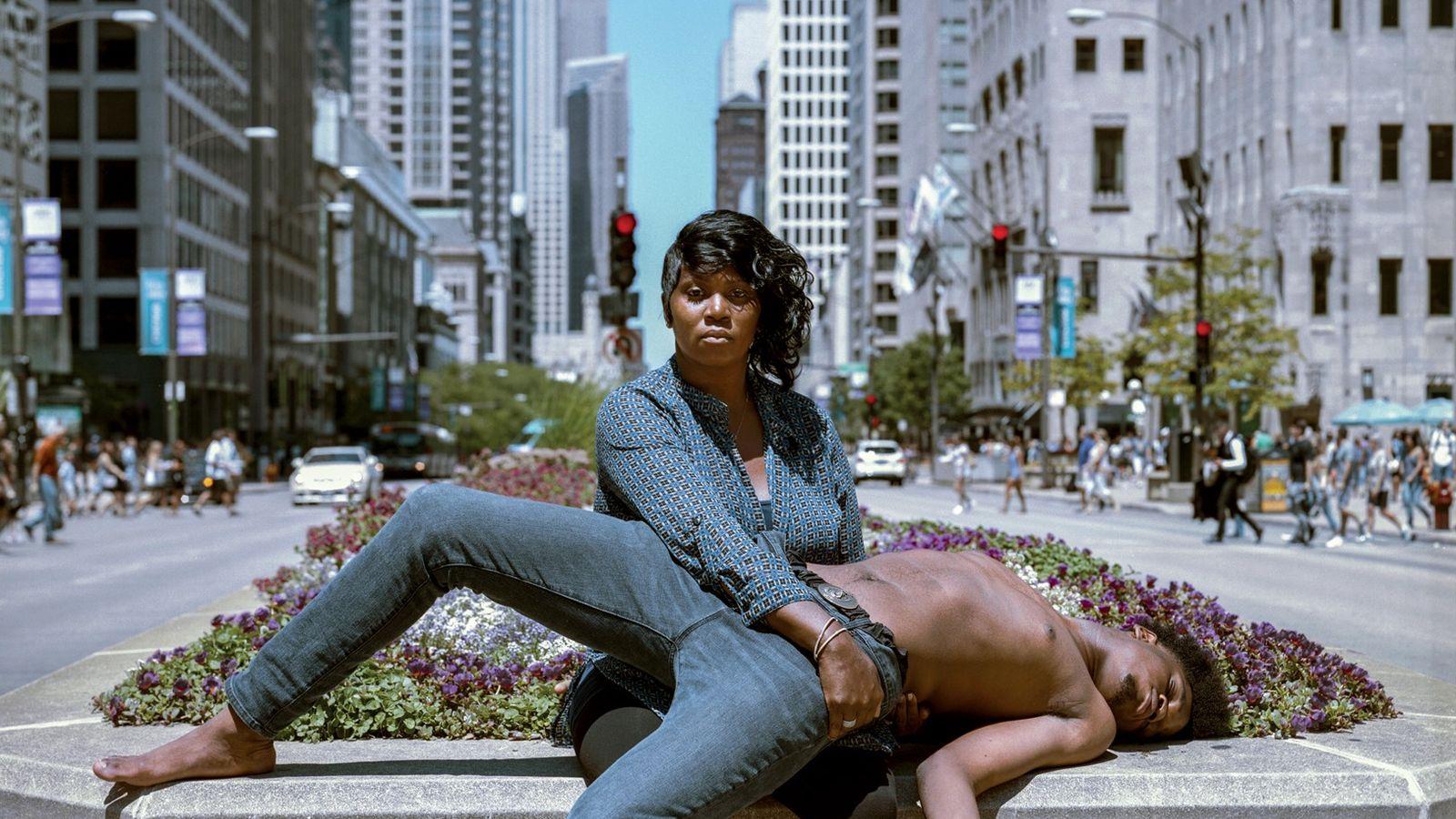 Magnificent Mile, Chicago, Illinois  L'artiste Jon Henry évoque la pietá dans son projet photographique « Stranger Fruit ». Henry ...