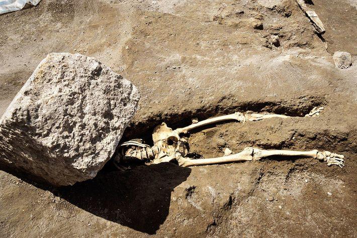 Cette personne aurait perdu la vie lors de l'éruption volcanique et ce bloc de pierre lui ...