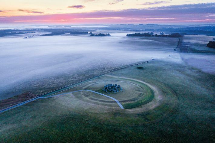 La dispersion de la brume révèle les grandes structures de trilithons de pierre de Stonehenge. Vus du ...
