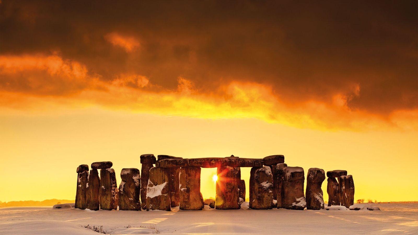La neige recouvre la plaine de Salisbury en Angleterre, dominée par son monument le plus célèbre. Construites ...