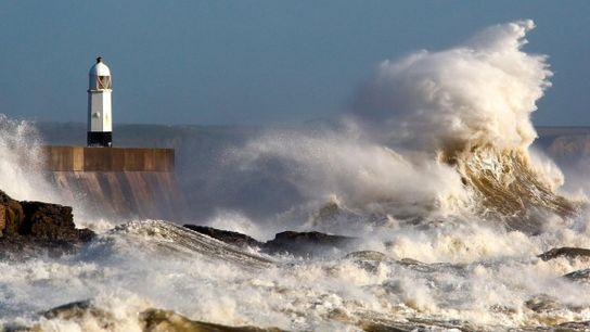 Conséquence de la fureur de la tempête Ophélia, des vagues gigantesques frappent Porthcawl, en Galles du ...