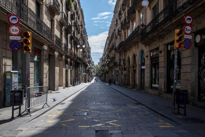 Les rues sont désormais désertes, comme en témoigne la photo ci-dessus, prise à Carrer de Ferran. ...