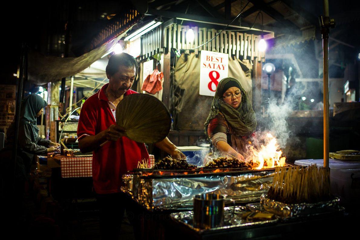 Marché gastronomique de Lau Pa Sat est un incontournable de Singapour depuis plus d'un siècle. Ouvert ...