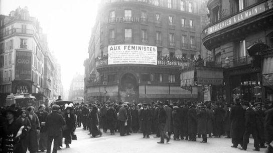 Meeting des suffragettes, manifestation féministe, rue Montmartre, Paris, 1914.