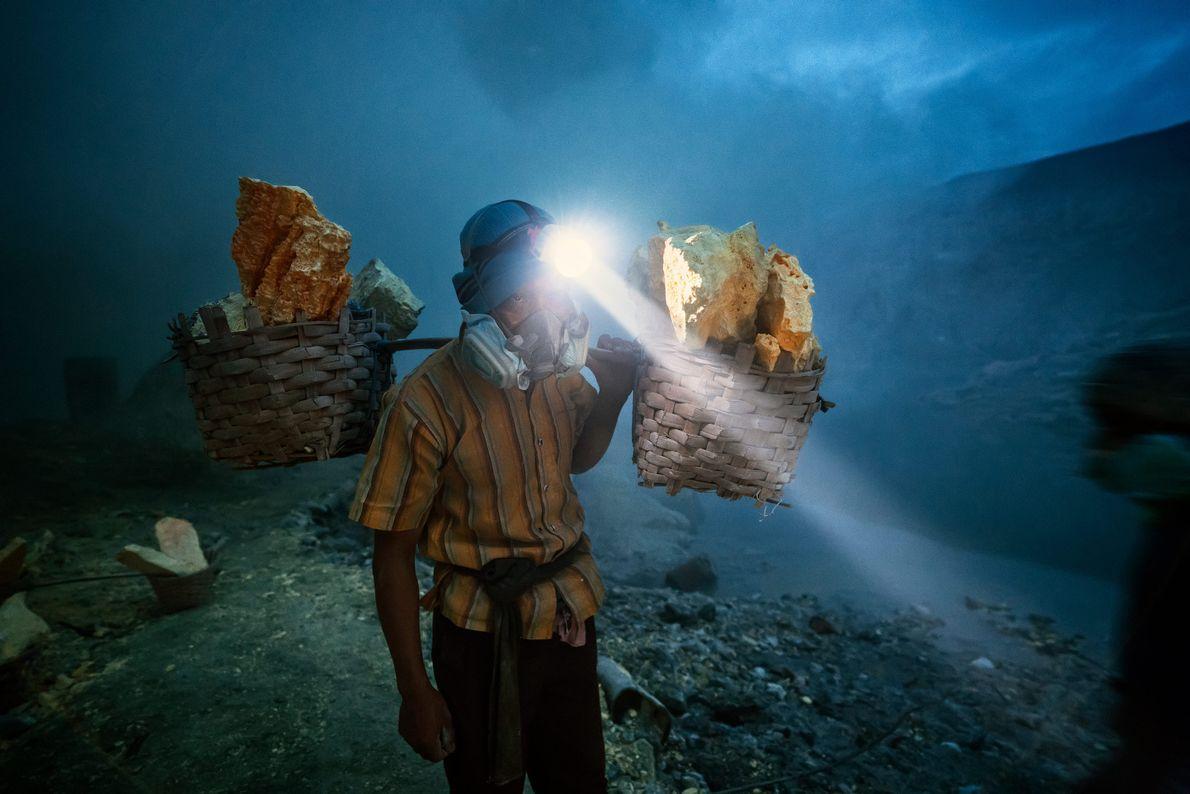 Les blocs de soufre extraits du Mont Ijen sont traités et utilisés pour fabriquer une multiplicité ...