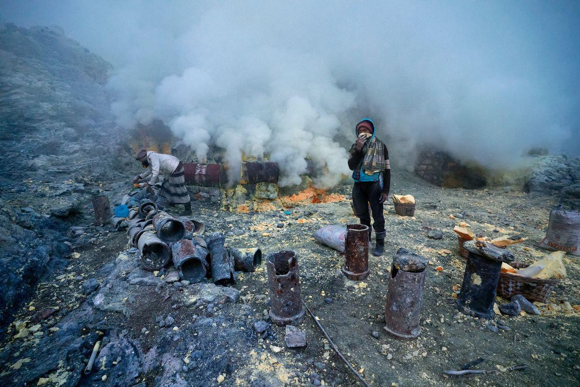 L'air dans le cratère est épaissi par le gaz volcanique toxique et les mineurs n'utilisent généralement ...