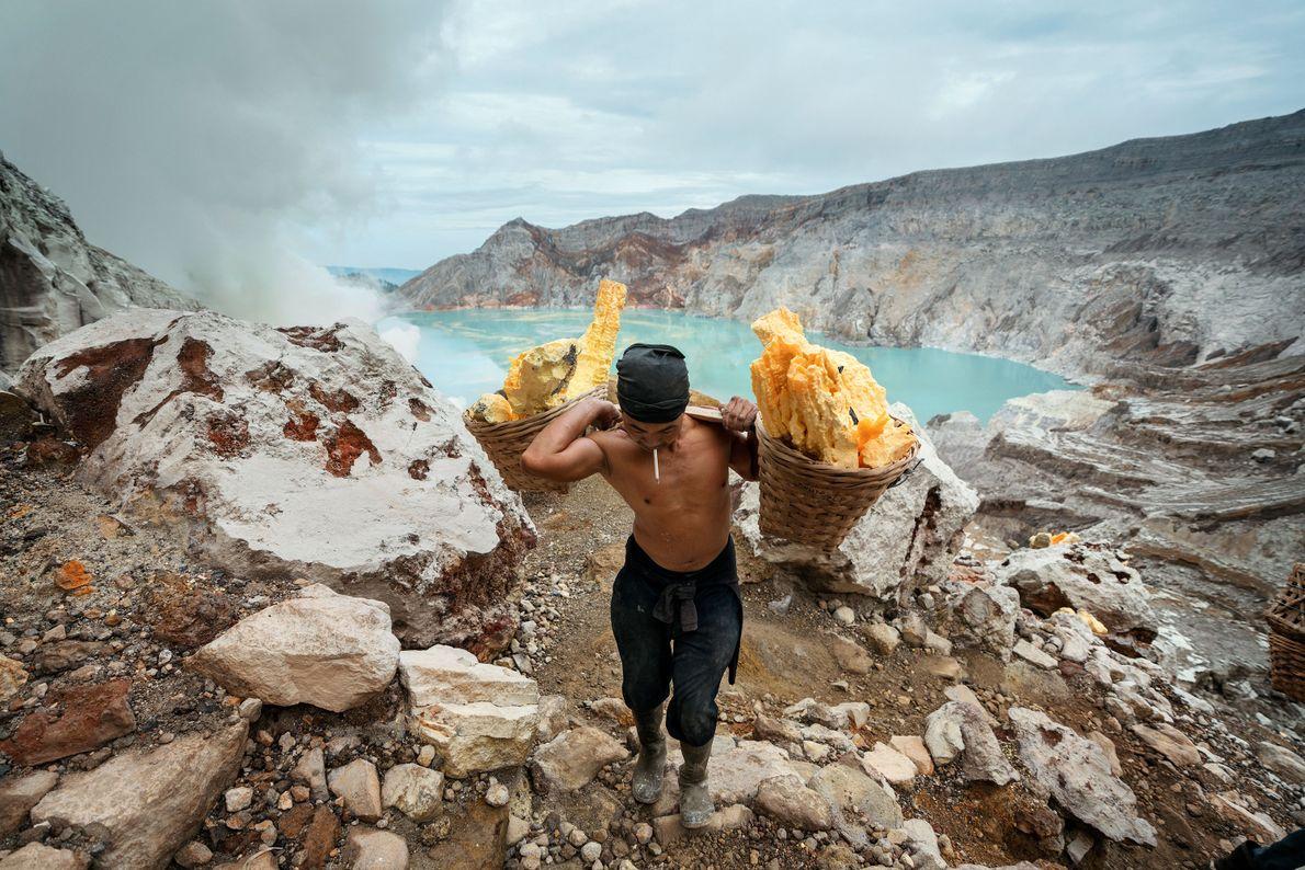Sunarto, 41 ans, transporte une charge de soufre du cratère Kawah Ijen.