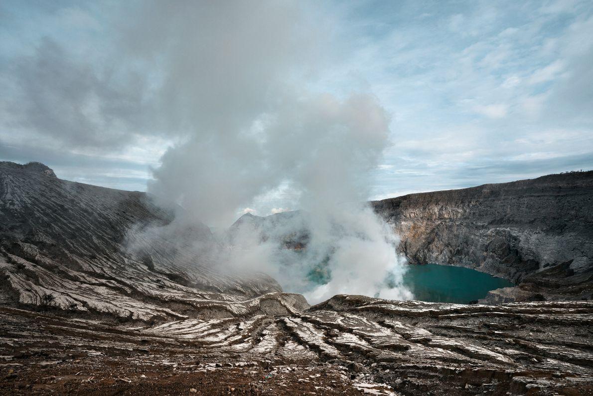Le gaz monte depuis le lac acide présent dans le cratère du Mont Ijen.