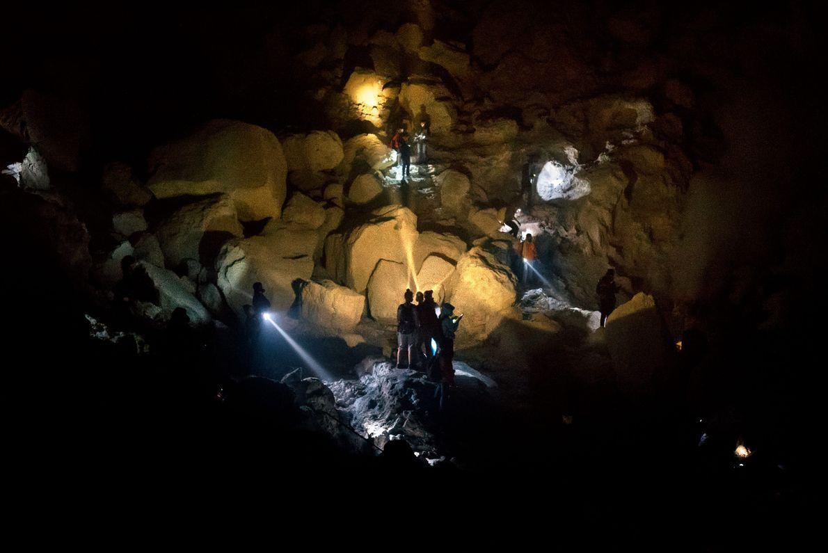 Des touristes explorent le cratère du Mont Ijen qui peut accueillir plus d'un millier de visiteurs ...